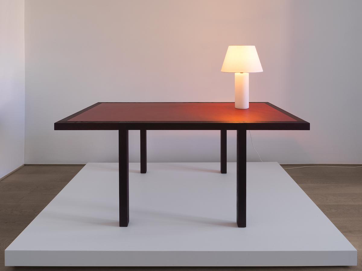 Tabula Runda Burgundy (Desk), Panser Petit (Lamp)